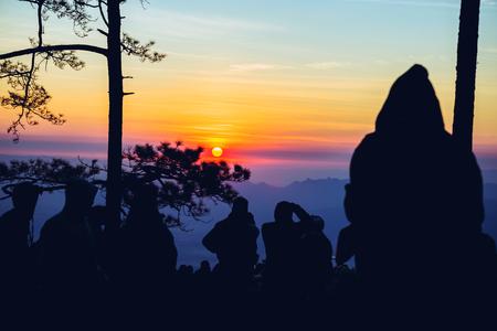 아침에 일출을 보는 사람들. 관광객들은 휴일에 휴식을 취합니다. 사람들 중 아침에 사진 일출입니다. 태국 스톡 콘텐츠 - 96484007
