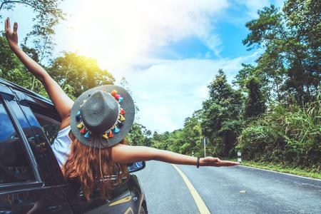 Aziatische vrouw reizen ontspannen in de vakantie. Reizen met de parkeerplaats. gelukkig Met de natuur, landelijk bos. In de zomer