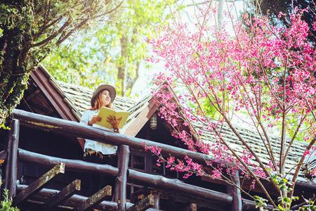Asiatische Frau reist Natur. Reisen entspannen. Stehendes Lesebuch der Balkon des Hauses. im Sommer. Standard-Bild