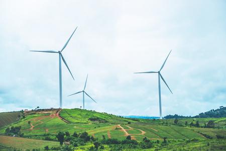 windturbine Elektrische opwekking. Op de berg Stockfoto