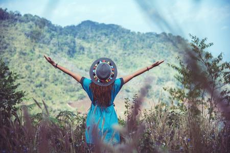Frauen tragen Stammeskostüme. Bergblick mit nebligen Bergen. Reisen Sie entspannen mit der Natur. Standard-Bild