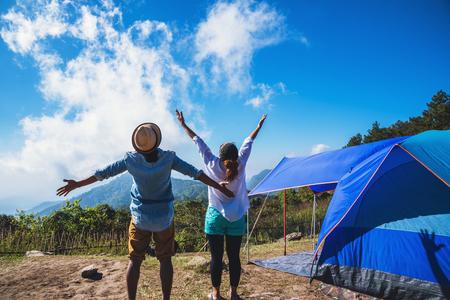 Los amantes de las mujeres y los hombres asiáticos viajan relajarse acampando en las vacaciones. En la montaña, Tailandia