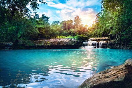Natural background waterfall. Waterfall Emerald Poo thailandl 스톡 콘텐츠