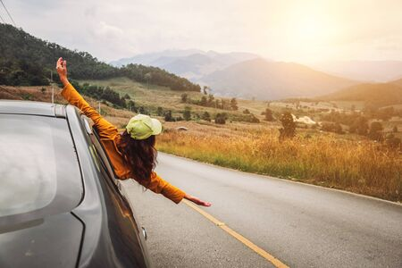 Asiatische Frauen reisen im Urlaub entspannen. Auto fahren glücklich unterwegs.