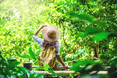 le donne viaggiano rilassano la natura in vacanza. Studio della natura nella foresta. La ragazza cammina felice e si gode il turismo attraverso la foresta di mangrovie. Sentiero naturalistico della cascata di Bok Khorani. viaggio, zaino. Archivio Fotografico