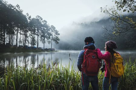Couples who love to travel, take pictures Beatiful nature at Pang ung lake and pine forest at Mae Hong Son in Thailand. 版權商用圖片 - 127639658