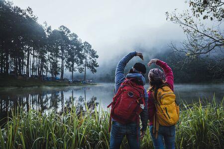 Couple lovers travel beatiful nature lake and forest , Pang oung lake at Mae Hong Son. 版權商用圖片 - 127639588