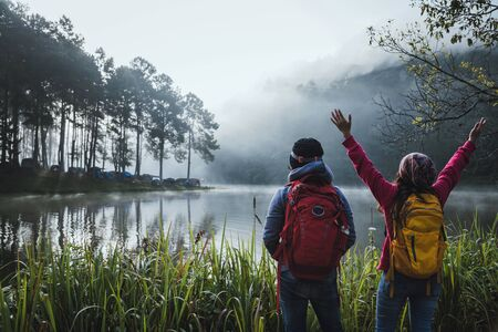 Couple lovers travel Beatiful nature at Pang ung lake and pine forest at Mae Hong Son in Thailand. 版權商用圖片 - 127639662