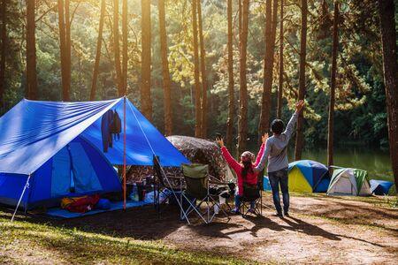 Pareja asiática viaja naturaleza acampando en la montaña ver el lago en la niebla al amanecer en Pang Ung, Mae Hong Son, Tailandia.