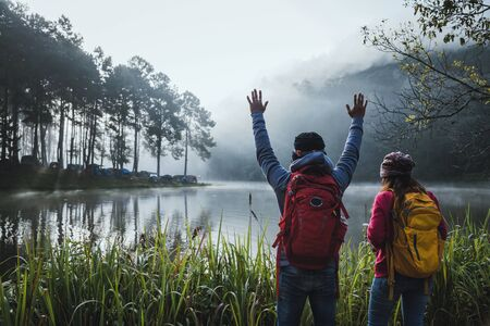 Couple lovers travel Beatiful nature at Pang ung lake and pine forest at Mae Hong Son in Thailand. 版權商用圖片 - 127639727