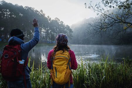 Couple lovers travel Beatiful nature at Pang ung lake and pine forest at Mae Hong Son in Thailand. 版權商用圖片 - 127639733