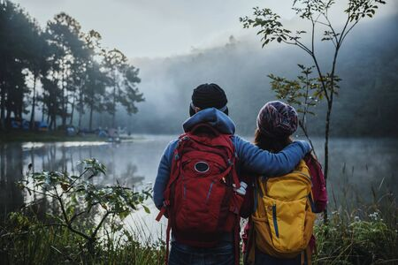 Couple lovers travel Beatiful nature at Pang ung lake and pine forest at Mae Hong Son in Thailand. 版權商用圖片 - 127639784