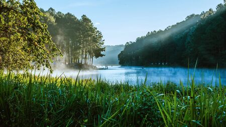 A beautiful landscape with fog floating on the lake surface in the sunrise at Pang-ung. 版權商用圖片 - 127640832