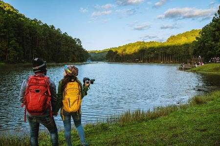 Couples asian Travel, take pictures of nature landscape the beautiful at Pang Ung lake, Mae Hong Son in Thailand. 版權商用圖片 - 127645238