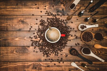 Brown coffee beans And a cup of hot coffee placed on a wooden table with honey. Wooden background and espresso and beans. Top view with copy space for your text. 版權商用圖片