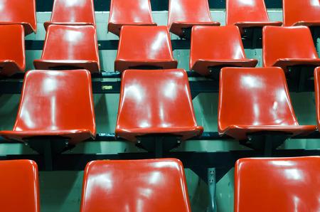 regular: regolari sedili rossi in uno stadio Archivio Fotografico