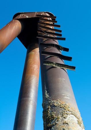 rungs: Pelda�os de metal en Bend sirven como una escalera hasta un barco de tama�o acumulando. Foto de archivo