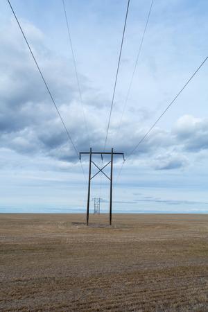 Il rasoio rettilineo di linee elettriche si estende alla distanza. Archivio Fotografico - 58976543