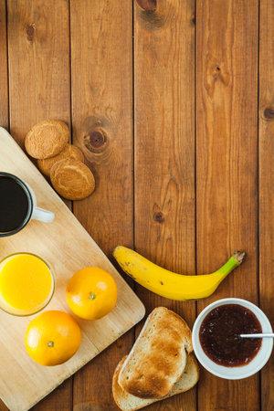 Healthy breakfast  muesli with blueberry and honey, yogurt, growing, juice and coffee. Selective focus. 免版税图像