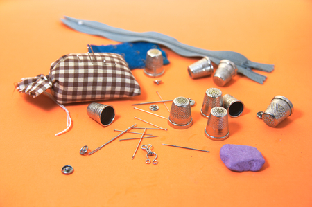 Some elements necessary for sewing such as sewing needles, thimbles among others Stockfoto