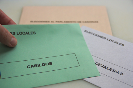 Electoral envelopes for the autonomic elections, mayorships and for the calbildos in the autonomous community of Canarias. Superimposed on that image we see the logo of the European community