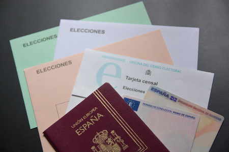 Envelopes to exercise the vote in the spanish elections in which the text appears in Spanish: Elections, Census Card, Electoral Census Office, European Union, Spain, Driving License-Kingdom of Spain and National Identity Document. Banque d'images