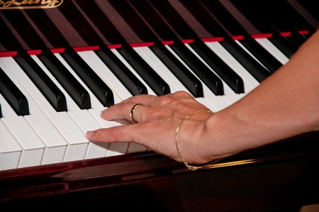 musik: bride hands at  piano Stock Photo