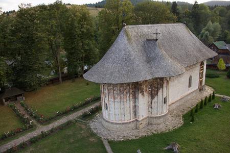 Gura Humorului, Roemenië - Moldavisch middeleeuws klooster van humor, uitzicht op de kerk. Moldavië's geschilderde kloosters.OKtober, 2017 Redactioneel