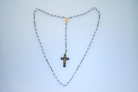 Rosary beads in a heart shape Foto de archivo - 104572442