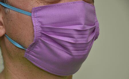 masque de protection, masque violet fait maison -Coronavirus COVID-19), masque de protection fixé sur le visage Banque d'images