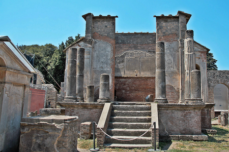 AT POMPEI - ON 06/22/ 2017 - Temple of Iside  of  ancient roman town of Pompeii, destroyed by vesuvius eruption in 70 d.c. 新聞圖片
