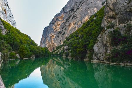 Les gorges du Furlo sur l'ancienne route romaine Via Flaminia dans le nord des Marches. La rivière Candigliano a formé cette impressionnante formation géologique célèbre pour la couleur profonde de ses eaux. Banque d'images