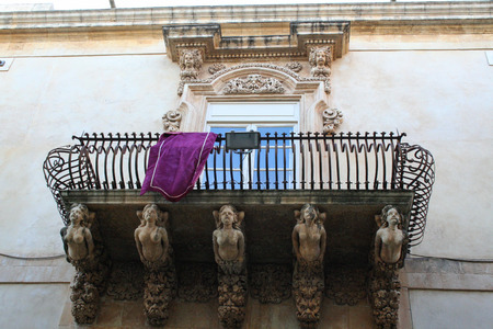 Balcony in late-baroque style of Nicolaci palace at Noto, Sicily, Italy Imagens