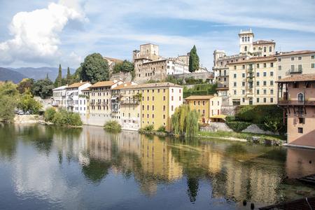 Paysage de Bassano del Grappa du vieux pont couvert en bois sur la rivière Brenta connu sous le nom de pont alpin, ou vieux pont, Vénétie, Italie Banque d'images