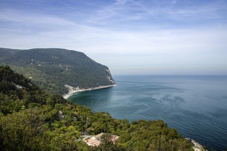 Landschaft von Conero Riviera von der Terrasse von Sirolo, Italien, Region Marken gesehen?