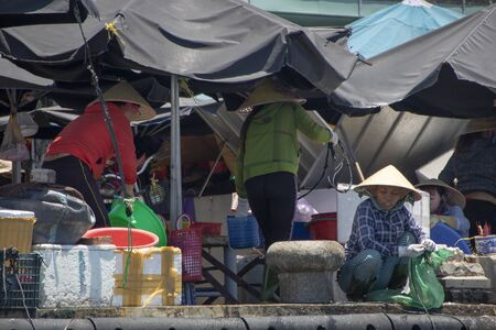 At Hoi An - Vietnam - On august 2019 - traditional market on the river Thu Bon 新聞圖片