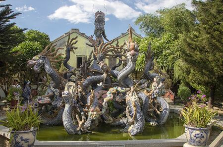 Dragon fountain at the back of the Cantonese Assembly Hall, Quang Trieu, Hoi An Ancient Town, Quang Nam province, South Central Coast, Vietnam 新聞圖片