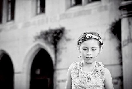 Jeune fille en vêtements de fête avec un regard pensif Banque d'images - 86942331