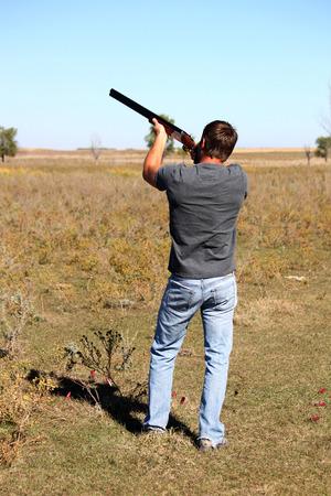 hombre disparando: Hombre de disparo Foto de archivo