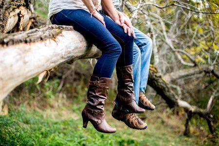 chilling out: Un hombre y una mujer relajarse en un �rbol ca�do de edad.