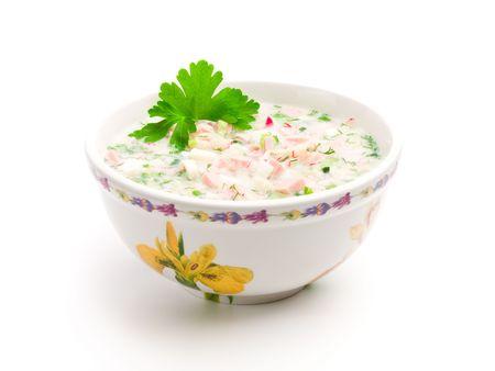 potherbs: Taz�n de sopa fr�a con verduras picadas, potherbs, carne y kvas sobre fondo blanco