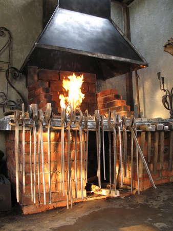 smithy: Interno di una smithy con strumenti e fuoco