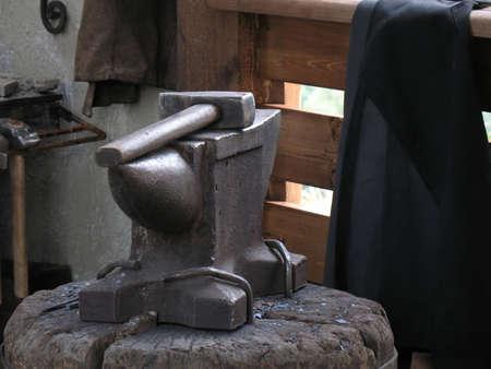 smithy: Incudine e martello in un interno di una smithy