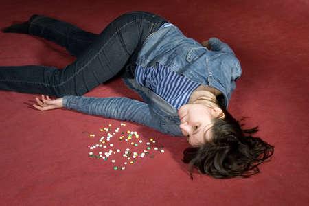 sustancias toxicas: Mujer de suicidio con pastillas. Simulado, estudio disparo.