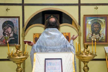 sotana: El sacerdote ortodoxo ruso en un templo Foto de archivo