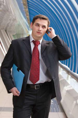 Joven hombre de negocios hablando por tel�fono m�vil Foto de archivo - 3868647