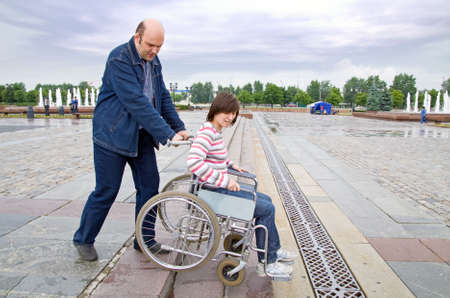 hombre empujando: Hombre en silla de ruedas empujando mujer sobre las medidas