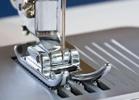 sew: Details van naai machine dichtbij. Geconcentreerd op de naald