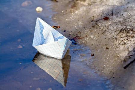 the boat on the river: Juguete barco de papel en el agua Foto de archivo
