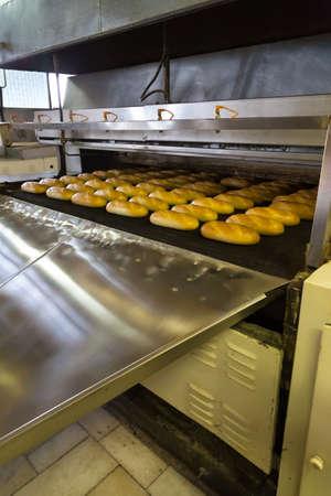 linea de produccion: Panes cocidos al horno en la l�nea de producci�n de panader�a